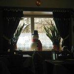 omino di neve sulla finestra