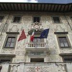 Fachada do Palazzo della Carovana, atualmente sede da Escola Superior.
