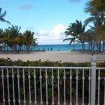 hermosa vista abierta... gran catidad de reposeras y mozos recorriendo la playa constantemente