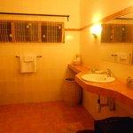 Salle d'eau spacieuse et toute équipée