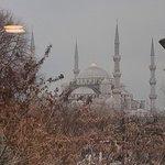 Vista sulla moschea blu dalla finestra