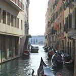 Vue sur le canal, juste côté de l'hôtel. Arret des gondoliers