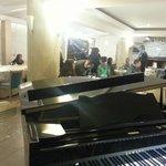 Interno ristorante pianoforte a coda e caminetto