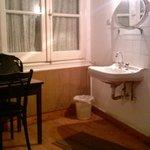 good looking room with a washbasin2