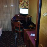 Schreibtisch und Flat TV