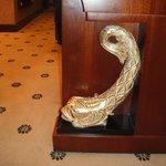 Золотые рыбки на мебели в отеле