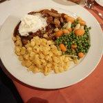 eten gebakken aardappellen, lams filet, erwtjes en pekes