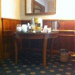 Хол с бесплатным чаем и кофе.