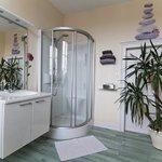 La salle de bain de la chambre moderne