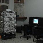 salle internet avec linge sale en permanence