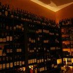 En imponerande vinhylla på Tapas bar.