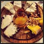 Tagliere di formaggi con miele e mostarda di fichi