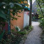 Camino al restaurante dentro de nuestro jardín