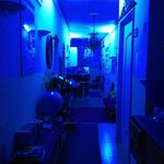 Recepcion y pasillo a las habitaciones por la noche