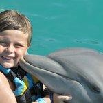 Meu sobrinho lindo com os golfinhos!