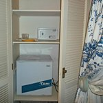 Heladera y caja seguridad habitacion Azul
