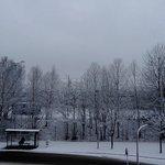 Un amanecer nevado visto desde la ventana