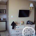 TV LCD e pequena cozinha