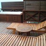 Notre terrasse avec baignoire face à la mer