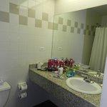 banheiro com banheira limpo