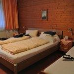 Ruime slaapkamer met tv en echt goede bedden! Ook terras met tafel en stoelen.