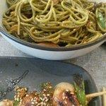 Brocheta de pollo teriyaki y fideos de té verde.