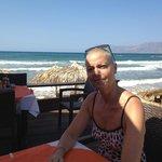 Sur la terrasse restaurant en bord de plage.