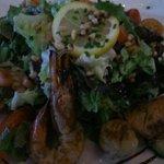 Salade pescatore hum super belle saint Jacques saumon et gambas à point et très bonne