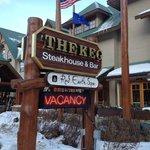 Voorkant hotel Caribou.