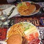 Hamburger di bovino ( in alto ) e hamburger di Chianina Toscana ( basso )