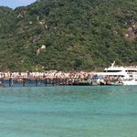 Day trippers departing Nangyuan, many boarding the already packed Lomprayah catamaran