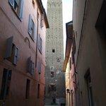 Torre Prendiparte, construída em 1113, vista da Via Sant'Alò.