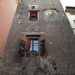 Fachada sul da Torre Prendiparte. As janelas são do B&B.