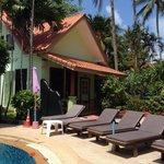 Le bungalow pour 4 personnes près de la piscine.