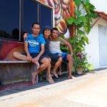 宿のキッチンを外に出たマラッカリバー沿いでオーナー2人と撮る。(真ん中が僕です)