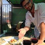 El plato de escargots, presentados por Antonin,chef y dueño.