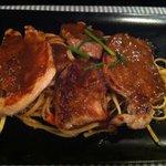 Las tres carnes braseadas con fideos Thai