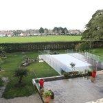 vue de la piscine et du parc sur la terrasse de la chambre