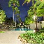 Der Innenhof mit Pool und Palmen