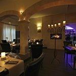 Restaurant mit Kamin und Blick zur Bar
