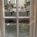 2階の部屋の窓の外