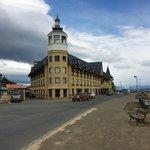 Hotel,  visto desde la costanera.