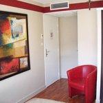 Entrada habitación hay mando independiente para regular aire acondicionado