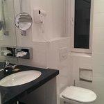 Уютная ванная комната одноместного номера