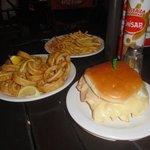 Porción de rabas, papas fritas y hamburguesa de pollo
