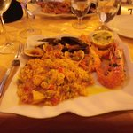 Paella med fisk och skaldjur.
