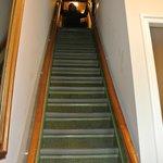 escalera de acceso a la habitaciones muy empinada