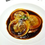 Rabo de toro en ravioli con crema de apio-nabo y nuez de macadamia.