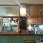 Locale semplice ed accogliente. Ottimo la cucina in super vista!!