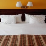 Muy grande la cama, y muy cómoda. Ropa de cama de primera calidad